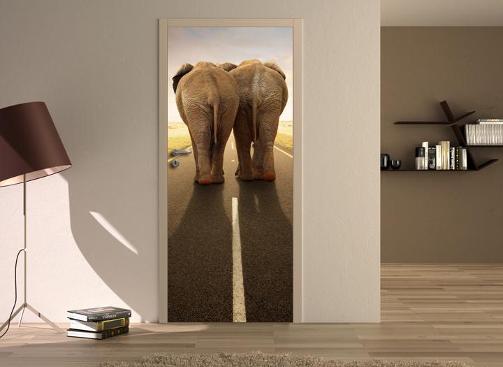 Ingresso con porta e lampada