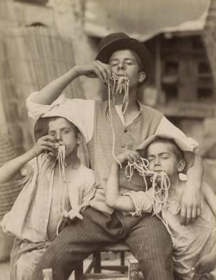 Trzech Chłopców Jedzących Makaron - wf848