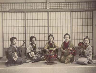 Japońskie dziewczyny tworzą muzykę na instrumentach smyczkowych i perkusyjnych, 1890 - 1894 - wf841