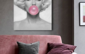 Marilyn Monroe with bubble gum